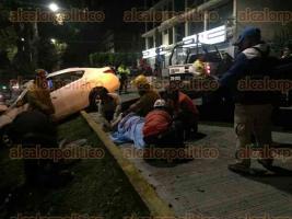 Xalapa, Ver., 25 de marzo de 2017.- Tras el accidente, elementos de SSP abanderaron el lugar, mientras que con el apoyo de una grúa se retiró el vehículo para trasladarlo hasta un corralón.