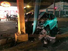 Xalapa, Ver., 25 de marzo de 2017.- El automóvil Mazda 3, color gris y sin placas de circulación, terminó con la parte frontal destrozada; fue trasladado hasta un corralón y en donde se procederá con la localización del propietario.