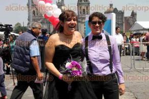 Ciudad de México, 25 de marzo de 2017.- En el Zócalo, el jefe de Gobierno de la CDMX, Miguel Ángel Mancera, presidió la boda colectiva más grande de mundo, al registrarse 3 mil 400 parejas, rompiendo el Record Guinness. El elenco de la obra teatral