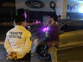 Xalapa, Ver., 25 de marzo de 2017.- La madrugada de este sábado, la delegación de Tránsito del Estado en Xalapa, llevó a cabo un operativo de alcoholímetro en el que se detectaron drogas y conductores bajo los influjos del alcohol.