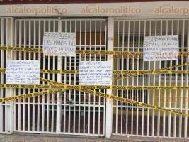 Xalapa, Ver., 25 de marzo de 2017.- Militantes del PRD clausuraron las oficinas del Comité Estatal de dicho partido. Colocaron pancartas con consignas en contra de la imposición de candidatos del secretario de Gobierno, Rogelio Franco.