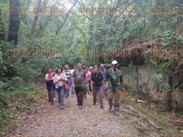Coatepec, Ver., 25 de marzo de 2017.- Más de 100 personas disfrutaron del primer recorrido del año que organiza el Instituto de Ecología, en el Santuario del Bosque de Niebla; los asistentes conocieron la gran diversidad que dicho sitio guarda, así como la importancia de preservarlo.