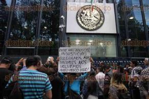 Ciudad de México, 25 de marzo de 2017.- Alrededor de 200 periodistas, reporteros, camarógrafos y fotógrafos, marcharon del Ángel de la Independencia a la PGR para exigir justicia, ante los asesinatos de los periodistas Miroslava Breach, Ricardo Monlui, Cecilio Pineda y un centenar más.