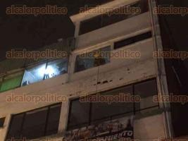 Xalapa, Ver., 25 de marzo de 2017.- A las 21:10 horas de este sábado se detectó un incendio en un departamento del tercer piso del edificio ubicado en la esquina de las calles Revolución y Altamirano. Bomberos, Protección Civil, Policía y ambulancias acudieron al lugar.