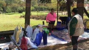 Xalapa, Ver., 26 de marzo de 2017.- Vendedores junto con sus líderes dialogaron con los funcionarios para evitar ser retirados de la avenida Villahermosa, sin embargo después de aproximadamente media hora tuvieron que quitarse.