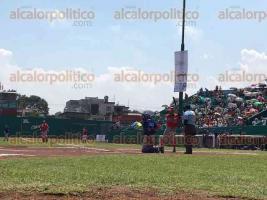 Xalapa, Ver., 26 de marzo de 2017.- Inició el juego de Águilas de Veracruz vs Acereros de Monclova, de la Liga Mexicana de Béisbol, como parte de la Serie Primavera Xalapa 2017 en el Parque Deportivo Colón.