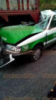 Xalapa, Ver., 26 de marzo de 2017.- La mañana de este domingo, un taxi que transitaba por la carretera San Marcos-Teocelo se impactó contra la parte trasera de una camioneta de redilas.