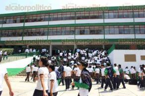 """Xalapa, Ver., 27 de marzo de 2017.- El alcalde Américo Zúñiga, develó la placa conmemorativa del 60 aniversario de la fundación de la escuela de bachilleres """"Antonio María de Rivera""""."""