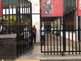 Xalapa, Ver., 27 de marzo de 2017.- Alrededor de las 17:00 horas de este lunes, militantes del PRI de Tlacojalpan abrieron las puertas de las instalaciones del tricolor para que sus líderes entraron a dialogar. Empleados que permanecían en el lugar desde las 12:00 sin poder salir aprovecharon para irse.