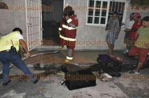 Veracruz, Ver., 27 de marzo de 2017.- Bomberos acudieron al callejón Covarrubias de la colonia Pascual Ortiz Rubio, donde se incendiaba una habitación en una casa; al llegar vecinos ya se encontraban combatiendo las llamas. No se reportaron heridos.