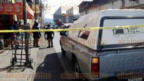 """Córdoba, Ver., 28 de marzo de 2017.- Un hombre de unos 40 años de edad, fue ejecutado la mañana de este martes en la calle 7, entre avenidas 8 y 10, a la salida del mercado """"Revolución"""". Autoridades policíacas acordonaron la zona."""