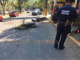 Xalapa, Ver., 28 de marzo de 2017.- Pasadas las 9:00 horas de este martes, el conductor de una motocicleta perdió el control de la unidad, en la curva frente a la estación Sur de Bomberos y se impactó contra otra moto estacionada.
