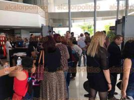 Xalapa, Ver., 29 de marzo de 2017.- Madres que no estaban en las listas de convocadas a la reunión de colectivos con Campa y Fiscal, se molestaron por no ser consideradas.