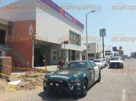 Boca del Río, Ver., 29 de marzo de 2017.- Este miércoles, 2 hombres robaron 690 mil pesos a un cuentahabiente a las afueras del banco Banjio, en el fraccionamiento Costa Verde.
