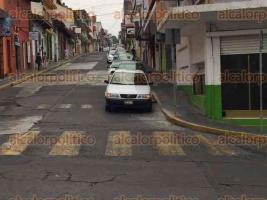 Xalapa, Ver., 28 de marzo de 2017.- Reporta que automóvil con estampado de la CAEV se estacionó sobre la calle Rojano casi esquina con Murillo Vidal, obstruyendo las líneas amarillas, marcadas para cruce peatonal.