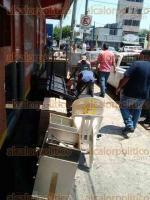 Veracruz, Ver., 29 de marzo de 2017.- Este miércoles comenzó la mudanza de las fiscalías especializadas ubicadas en la avenida Allende de la colonia Centro. Mobiliario fue bajado del 2do y 3er piso a la calle, para transportalo a las nuevas instalaciones en la colonia Ricardo Flores Magón.