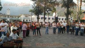 Río Blanco, Ver., 29 de marzo de 2017.- Unos 300 simpatizantes y militantes del PRI en este municipio se inconformaron la tarde-noche del miércoles en el parque central pues acusan que el dirigente estatal de este instituto, Renato Alarcón Guevara, impuso como candidato a Roque Escobar Flores.