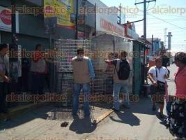 Xalapa, Ver., 30 de marzo de 2017.- Retiran estructuras de negocios que se encontraban en la avenida Atenas Veracruzana y que obstaculizaba el paso de transeúntes y vehículos.