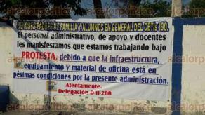 Veracruz, Ver., 30 de marzo de 2017.- Alumnos del turno matutino del CBTIS 190, ubicado en la colonia Carranza, bloquearon por poco tiempo las cuatros vías de la calle 8 y Graciano Sánchez, exigiendo la destitución del director, Carlos Mendoza Murcia.