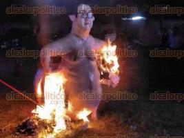 La Antigua, Ver., 30 de marzo de 2017.- Con la tradicional Quema del Mal Humor en la que prendieron fuego a una figura de Javier Duarte, arrancó la noche de este miércoles, en el Campo Deportivo de la sección 19 del sindicato cañero, el carnaval de Cardel.