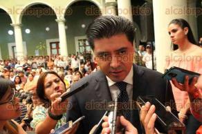 Xalapa, Ver., 30 de marzo de 2017.- El secretario de Gobierno, Rogelio Franco Castan entregó cheques a beneficiados del Fondo de Apoyo a Migrantes, en Palacio de Gobierno.