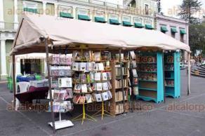 Xalapa, Ver., 23 de abril de 2017.- Para celebrar el Día Internacional del Libro, varias librerías organizaron una expo-venta en la Plaza Lerdo; quien asista podrá encontrar todo tipo de literatura a precios económicos.