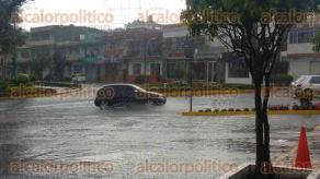 Xalapa, Ver., 23 de abril de 2017.- La tarde de este domingo alrededor de las 14:00 horas, se vivió una fuerte tormenta que encharcó algunas calles y avenidas de esta ciudad.