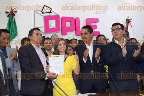 Xalapa, Ver., 23 de abril de 2017.- Acompañada por el gobernador de Michoacán, Silvano Aureoles Conejo, y el diputado local panista Sergio Hernández, Ana Miriam Ferráez Centeno se registró ante el OPLE como candidata de la coalición PAN-PRD a la Alcaldía de Xalapa.