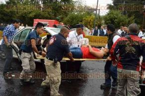 Xalapa, Ver., 23 de abril de 2017.- La tarde este domingo, el conductor de un vehículo Volkswagen tipo Jetta chocó contra una barda en la carretera Xalapa-Coatepec, a la altura de la desviación a Briones. Tres personas heridas fueron trasladadas hasta la Clínica 11 del IMSS.