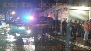 Xalapa, Ver., 24 de abril de 2017.- La noche de este domingo sobre la avenida Ébano esquina con la calle Maderas, un peatón fue golpeado por una camioneta; por el percance el vehículo quedó incrustado en un local.