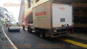 Xalapa, Ver., 24 de abril de 2017.- Camioneta de la empresa Bachoco se estacionó sobre la banqueta de la calle Revolución frente a Chedraui, impidiendo el paso a los peatones.