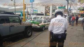 Xalapa, Ver., 24 de abril de 2017.- Cerca de las 10:30 horas de este lunes, se registró un choque por alcance sobre la avenida 20 de Noviembre, en la esquina con la calle Joaquín Muñoz.