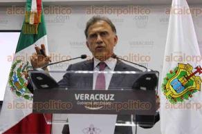 Xalapa, Ver., 25 de abril de 2017.- El gobernador Miguel Ángel Yunes, en conferencia de prensa, anunció que presentará ante el Congreso local una iniciativa de reforma a la Ley de Tránsito, estuvo acompañado por el secretario de Gobierno, Rogelio Franco Castan.