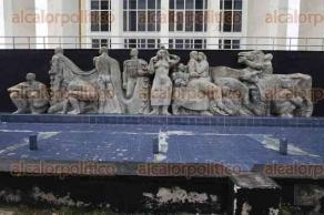 Veracruz, Ver., 26 de abril de 2017.- Las esculturas y monumentales bajorrelieves del escultor costarricense José Jesús Francisco Zúñiga Chavarría, que adornan el malecón de este puerto, requieren de urgente restauración.