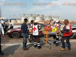 """Veracruz, Ver. 26 de abril de 2017.- Paramédicos y Tránsito estatal atendieron una carambola en la parte superior del puente """"Morelos"""", en donde un autobús de la ruta Lomas de Río Medio Tres-Centro causó que chocaran tres vehículos particulares."""