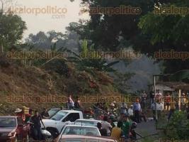 Tenampa, Ver., 27 de abril de 2017.- Habitantes de El Coyolito, bloquean carretera a la altura de la entrada a El Xúchitl en protesta por promesa incumplida de la alcaldesa. Además, un grupo de taxistas se encuentra afuera del domicilio de la edil, para exigirle que dialogue con los inconformes.