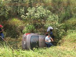 Coatepec, Ver., 27 de abril de 2017.- Vehículo se sale del camino sobre la carretera Xalapa- Coatepec, pasando el río Sordo; una persona resultó lesionada.