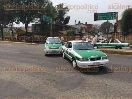 Xalapa, Ver., 27 de abril de 2017.- Alrededor de las 15:00 horas de este martes se registró un accidente automovilístico entre dos taxis sobre Circuito Presidentes; ambas unidades obstruyeron el carril izquierdo y el central, en la esquina con la calle Ángel Carvajal.
