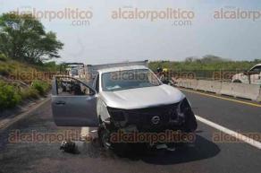 Veracruz, Ver., 27 de abril de 2017.- Auto particular chocó contra camioneta, lo que ocasionó  la muerte de un hombre y tres lesionados, a la altura de la entrada a la Playa de Chalchihuecan, en el municipio de La Antigua.