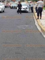 Xalapa, Ver., 28 de abril de 2017.- Cerca de las 7:55 horas de este viernes, un auto chocó contra un poste de luz en la calle Cayetano Rodríguez, frente al Complejo Omega; testigos afirmaron que el conductor quiso retirarse como si nada hubiese pasado.
