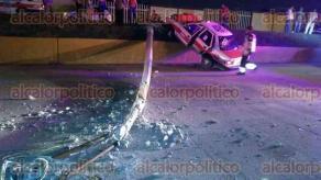 Coatzacoalcos, Ver., 28 de abril de 2017.- Fue sobre la avenida Abraham Zabludovsky cuando el taxi se salió de la vía de circulación y chocó de frente contra el poste que cayó sobre la unidad, la noche del jueves.