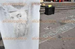 Xalapa, Ver., 28 de abril de 2017.- Esta mañana en Plaza Lerdo, se colocaron bloques de hielo con imágenes de periodistas y fotoperiodistas asesinados, en memoria a Regina Martínez, luego de cumplirse 5 años de su homicidio.