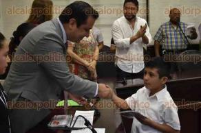 Xalapa, Ver., 28 de abril de 2017.- La tarde de este domingo, el alcalde Américo Zúñiga Martínez entregó becas a niños y niñas que cursan el nivel de educación básica, en sala cabildo del Palacio Municipal.