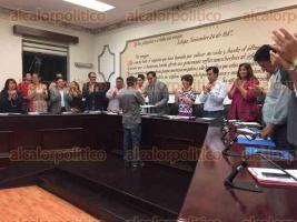 Xalapa, Ver., 28 de abril de 2017.- La noche de este viernes, en sesión ordinaria del Cabildo del Ayuntamiento de Xalapa, se reconoció a los integrantes de la Orquesta Municipal y al menor destacado en natación Adler Herrera Díaz.