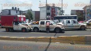 Xalapa, Ver., 29 de abril de 2017.- Un choque múltiple sobre el puente Bicentenario dejó daños materiales y afectaciones a la circulación de Lázaro Cárdenas con dirección a México.