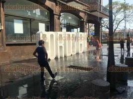 Córdoba, Ver., 29 de abril de 2017.- Ante las elevadas temperaturas registradas en los últimos días, y que hoy alcanzaron hasta los 36 grados, niños aprovecharon las fuentes de la calle 3, entre avenidas 1 y 2, para refrescarse un poco.