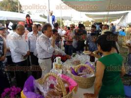 Coatepec, Ver., 29 de abril de 2017.- Tras inaugurar la Feria del Café 2017, el gobernador Miguel Ángel Yunes Linares visitó algunos stands de productos artesanales, donde degustó y hasta compartió con los asistentes, productos de los expositores.