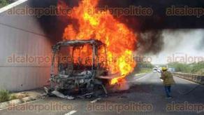 Oluta, Ver., 30 de abril de 2017.- Un camión de pasajeros se incendió en la autopista Isla-Acayucan a la altura del kilómetro 175, al lugar arribaron cuerpos de emergencia para sofocar el siniestro.