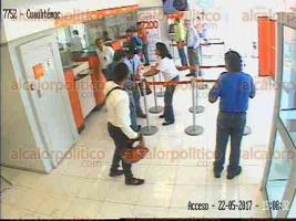Veracruz, Ver., 22 de mayo de 2017.- Cámaras de seguridad captaron el momento en que tres hombres asaltaban a una mujer en sucursal del banco Santander, ubicada en la esquina de la avenida Cuauhtémoc y J.P. Silva, colonia Formando Hogar. Los ladrones huyeron en una motocicleta Yamaha negra con franjas rojas.