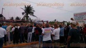 Veracruz, Ver., 23 de mayo de 2017.- Para apoyar a su líder, Pascual Lagunes, sindicalizados de TAMSA se congregaron afuera del